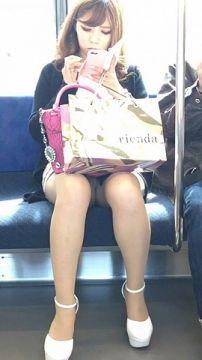 通勤中の元気になる素人の対面太もも・パンチラ画像