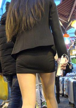 履くだけで卑猥に見えるタイトミニの街撮りエロ画像