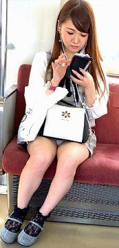 通勤中に目撃した太ももやパンチラを撮影したエロ画像