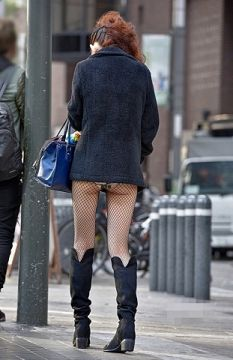おいおい!スカート短か過ぎやろwパンツ丸見えしてるやんw