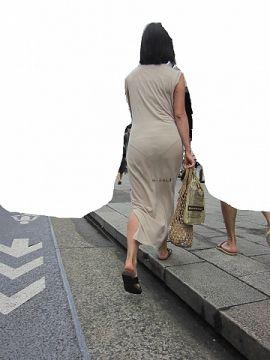 女性のお尻を凝視したらパンツが透けてる事に気づいて撮影した透けパンチラ画像