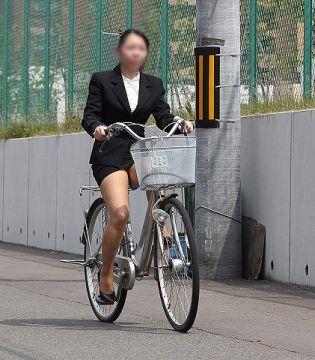 躍動感のある自転車での太もも・パンチラ画像