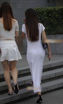 白いスカートで外に出ればそりゃあパンツも透けるだろって感じの透けパンチラ画像