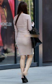 スカートから透けて見えてる透けパンチラ・パン線のエロ画像