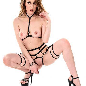 ヒモ巻いてるだけやんwほぼ全裸なボンデージ衣装のフランス人垂れ乳アラサー美女さん、ヌード&エロダンスww # 外人エロ画像