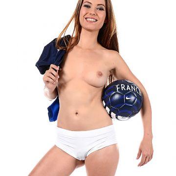 よくおっぱい見せてるサッカーサポーターまんさん、やっぱり脱ぐのが好きらしいwコスプレヌード&エロダンスww # 外人エロ画像