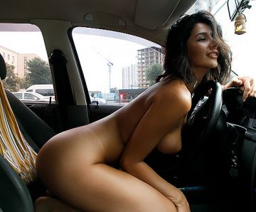 駐車場に止めた車の中で全裸になって、パフィニップルの美巨乳とセクシーなTバックの日焼け跡を晒す美女w絶対隣から見えてるよなww # 外人エロ画像