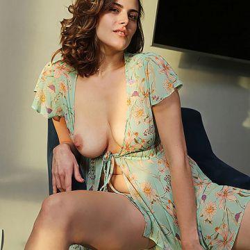 アラサーになってから突然ヌードになったロシアのムチムチ美女さんw垂れ巨乳がエッロいヌードグラビアwww # 外人エロ画像