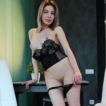 白い超美巨乳にピンクの勃起乳首、セクシーな黒い下着w色取りも鮮やかにエロ美しいロシアン金髪美女のヌードグラビアww # 外人エロ画像