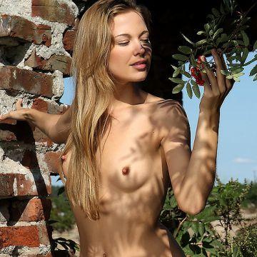 赤い木の実とどっちが硬い?!ロシアの激カワ美少女さん、野外で全裸にwコリコリ感が写真でも伝わる勃起乳首とマ○コを露出してしまうww # 外人エロ画像
