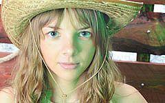 銃をもつ可愛いロシアン少女のヌード画像19枚!半裸のカウボーイ姿は反則だぜw