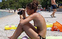 日本で言うならば露天風呂にカメラを持ち込んで半身浴している友達を撮影している感覚か?www