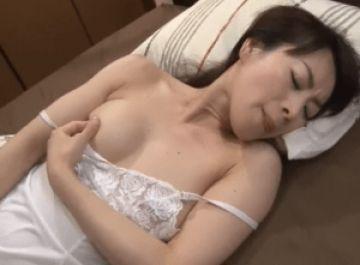 綺麗な義母がオナニーしているところを息子に見られそのままセックスしちゃう!