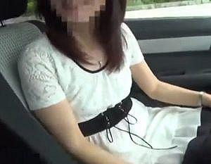 【個人撮影】エッチする気満々で足早に車に乗り込む不倫妻がエロ過ぎ!