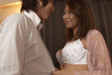 色気漂うセクシーな巨乳美人妻が旦那の部下を誘惑!旦那より若くて元気な肉棒を求める部長の奥さん