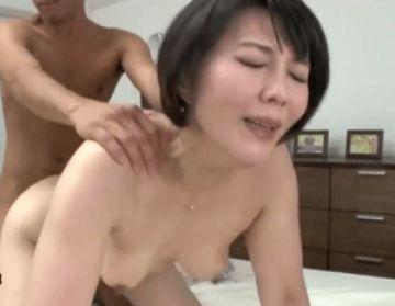 自宅を訪れた旦那の部下を肉食系妻が誘惑!隣室に旦那がいるのに背徳の中出し!
