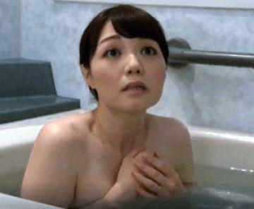 宿泊先で奥さんが入浴中とは知らずに風呂に入ってしまう!困惑した奥さんの裸体に興奮し無理やりハメちゃう!