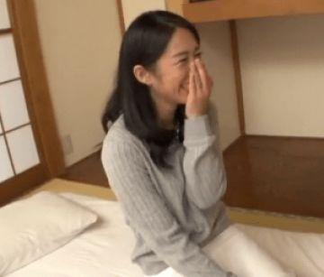 【初撮り】「癒すのも癒されるのも好きです♪」仕事で多忙を極める貧乳熟女妻がAVデビューで中出し!