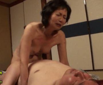 還暦の熟年夫婦が昔を思い出し濃厚セックス!奥さんが騎乗位で一生懸命に腰を動かす仕草が健気で可愛い!