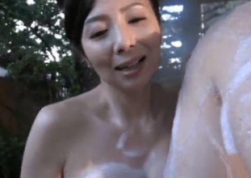 50代の綺麗すぎる母親が温泉で近親相姦!息子に巨乳を押し当て背徳セックス!
