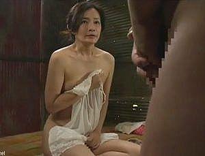 【ヘンリー塚本】EDの夫に代わって使用人にセックスを強要する奥さん!久々のチ〇ポに夢中になる熟女妻が乱れすぎて激エロ!